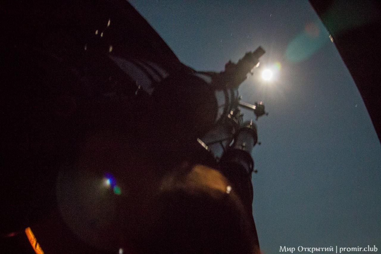 Вид из-под купола телескопа на луну, поселок Научный, Крым