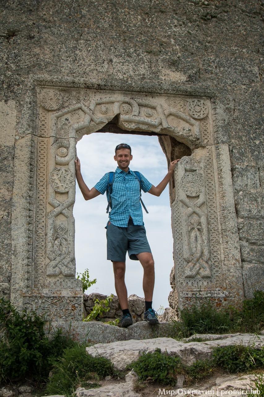 Узоры на воротах цитадели на Мангуп-Кале, горный Крым