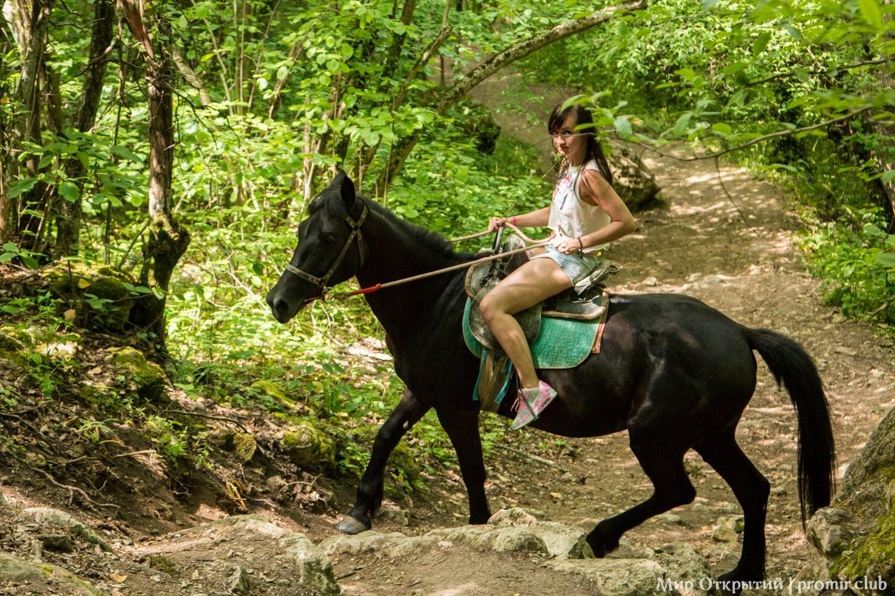 Спуск с Мангуп-Кале, горный Крым