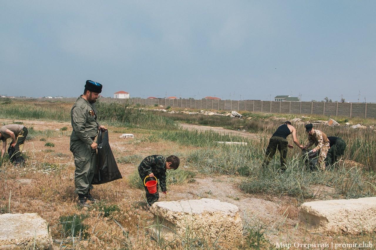 Уборка мусора, берег Черного моря, Саки
