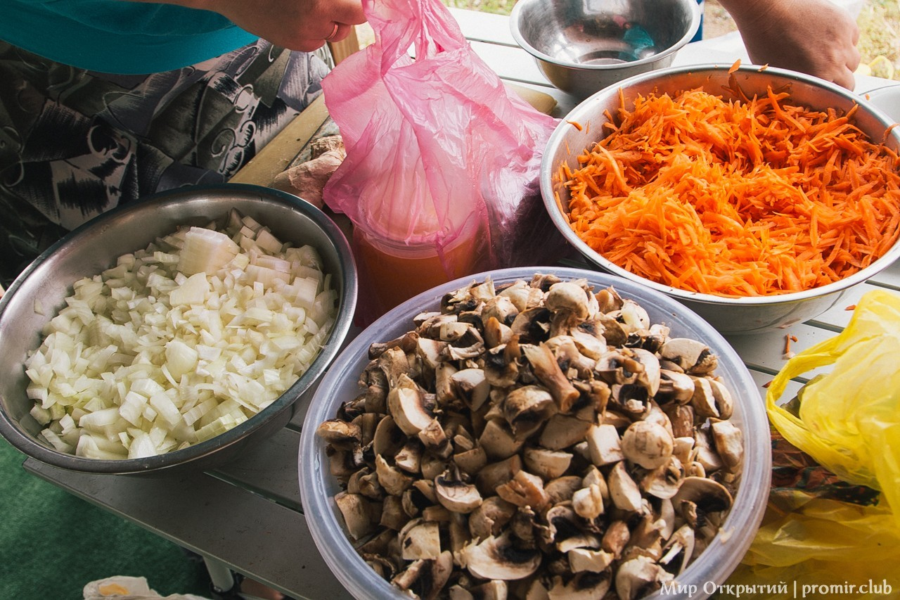 Приготовление трапезы, берег Черного моря, Саки