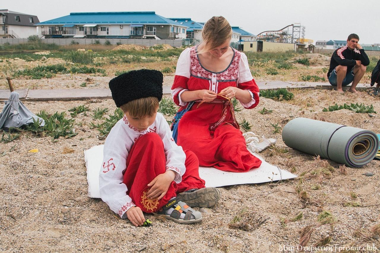 Семья в национальных нарядах, берег Черного моря, Саки
