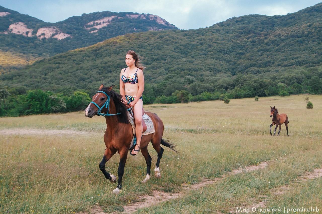 Девушка верхом, Байдарская долина