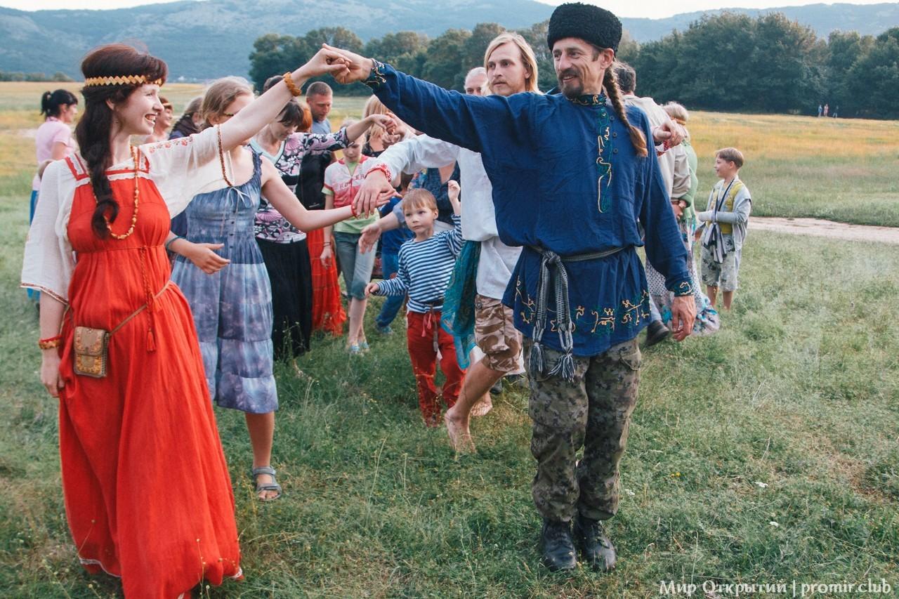 Танцы на празднике «Купальские огни», Байдарская долина