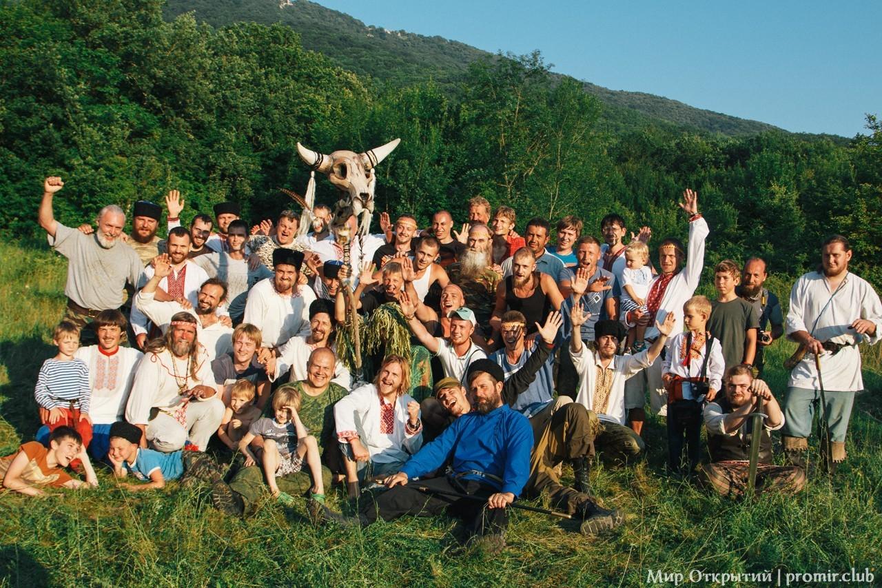 Мужчины на празднике «Купальские огни», Байдарская долина