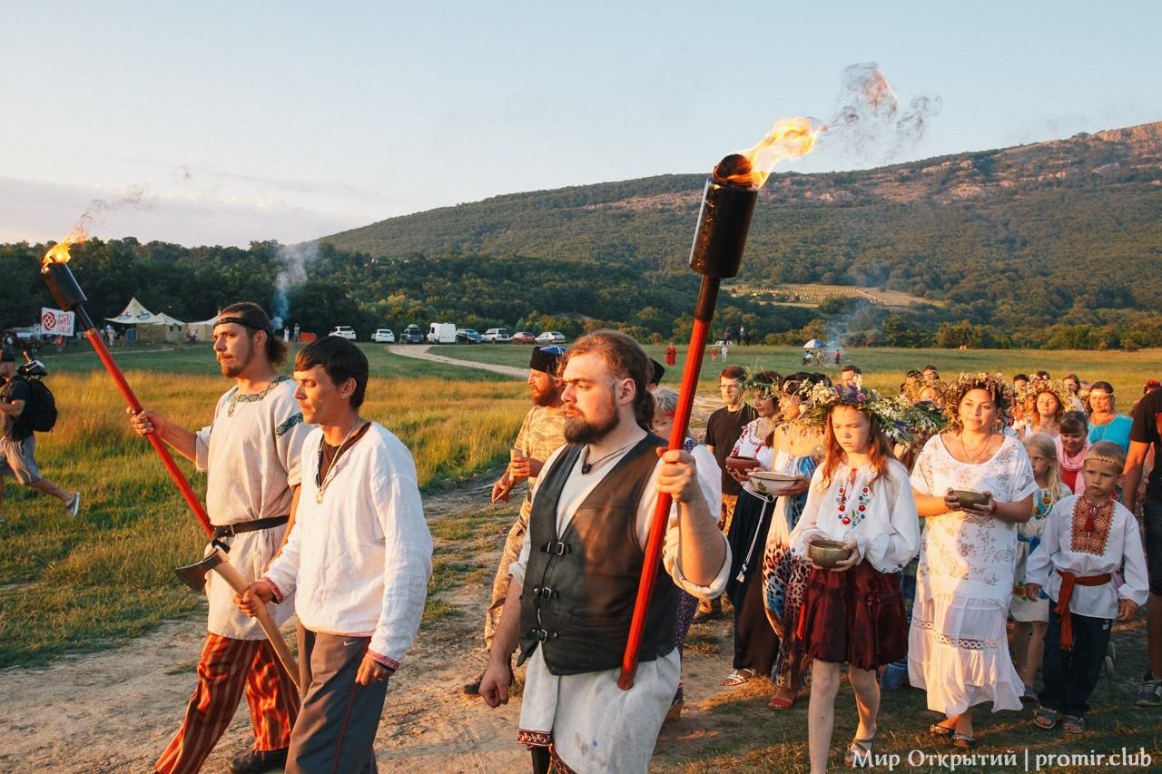 Шествие на празднике «Купальские огни», Байдарская долина