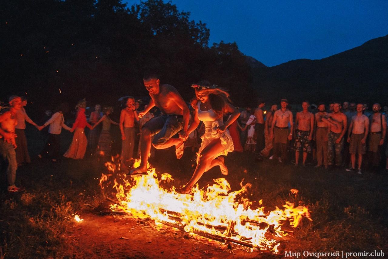 Прыжки через костер на празднике «Купальские огни», Байдарская долина