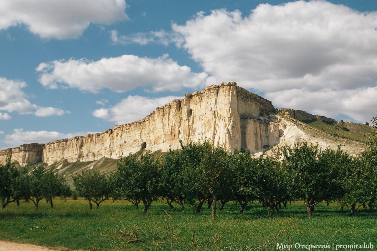 Вид на яблоневый сад и Белую скалу