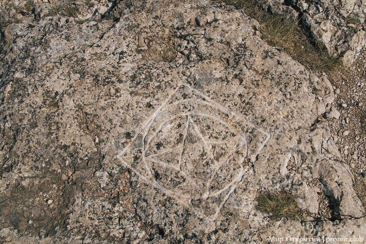 Знаки на горе Ильяс-Кая