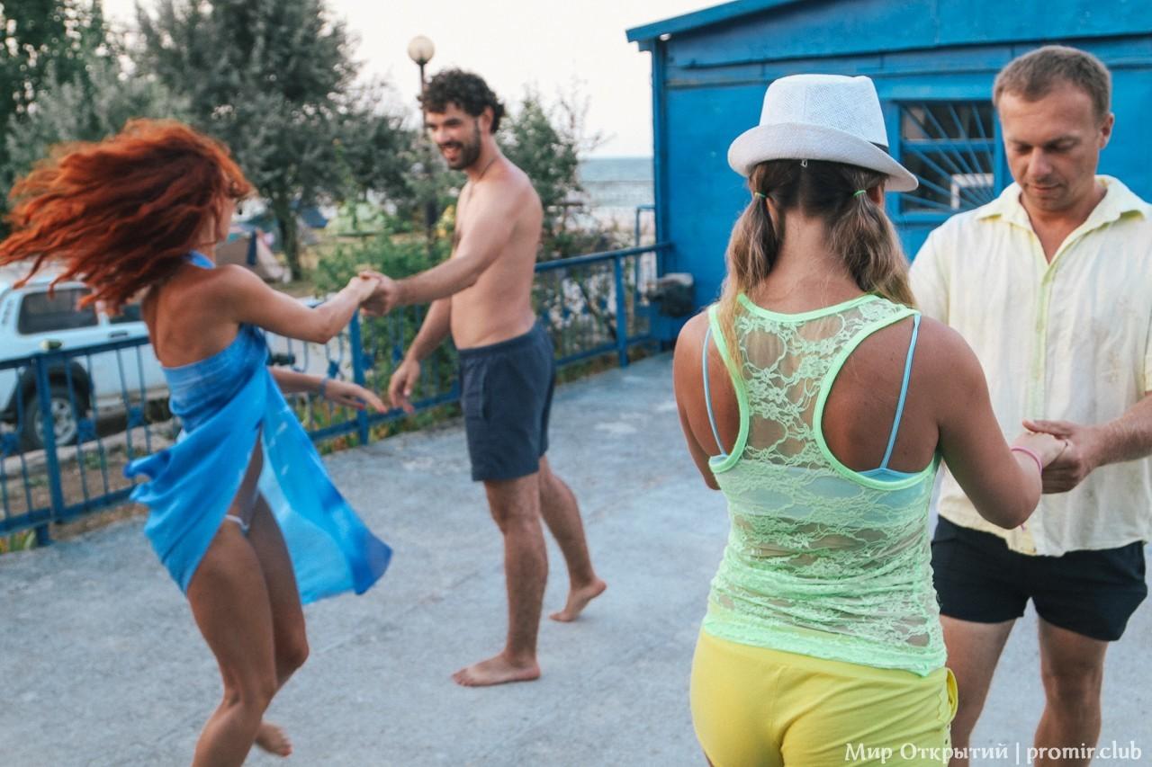 Танцы на фестивале, берег Азовского моря