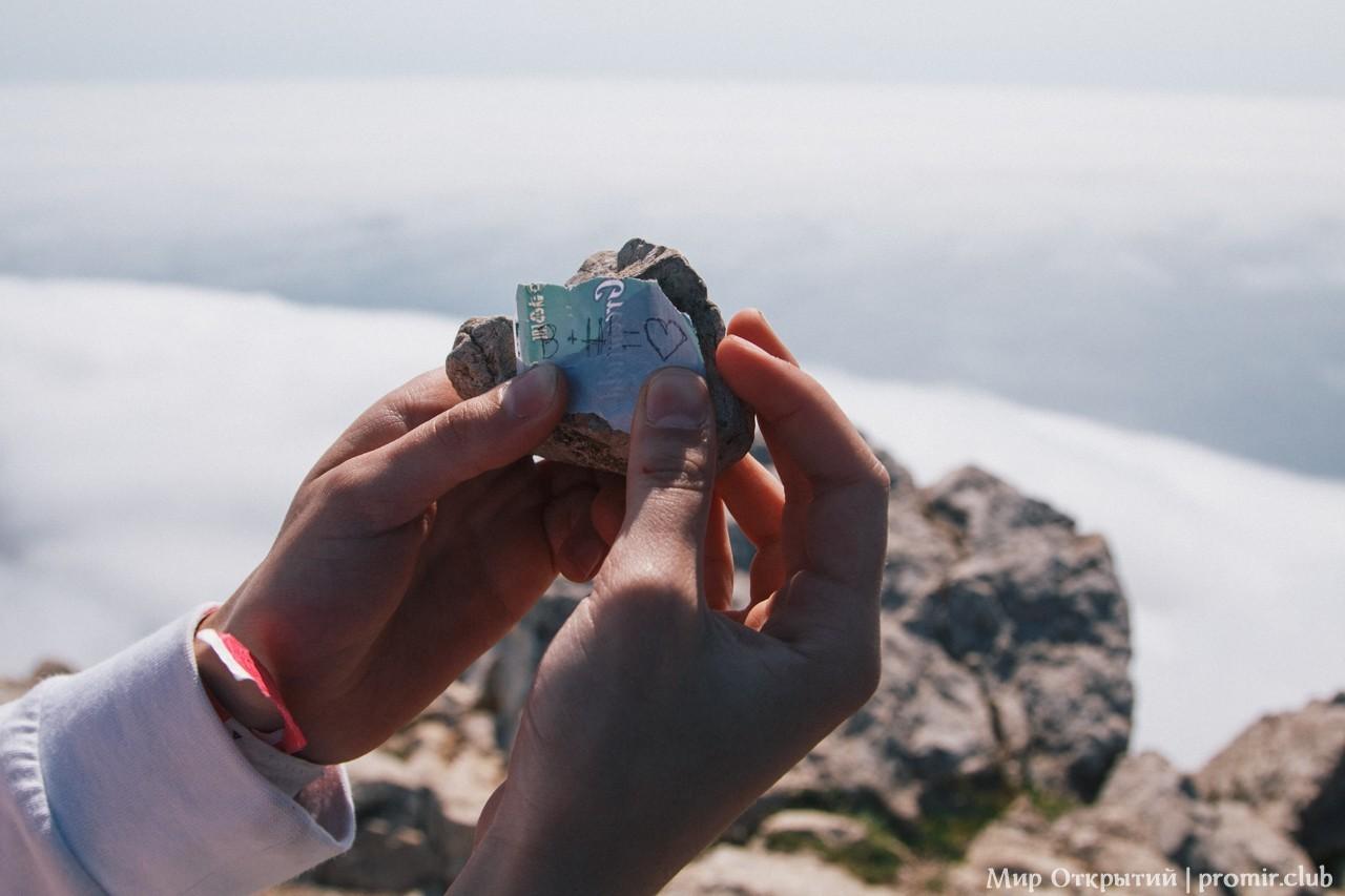 Ритуал с камнями на вершине горы Ильяс-Кая, Байдарская долина, Крым