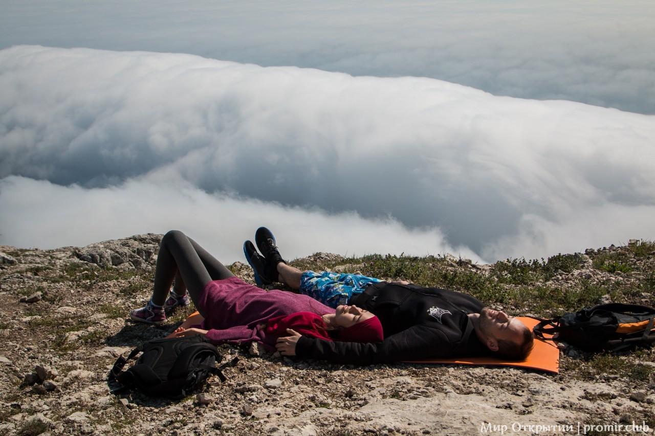 Вид с горы Ильяс-Кая над облаками, Байдарская долина, Крым