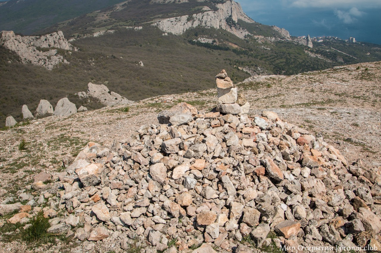 Каменный курган на вершине горы Ильяс-Кая, Байдарская долина, Крым