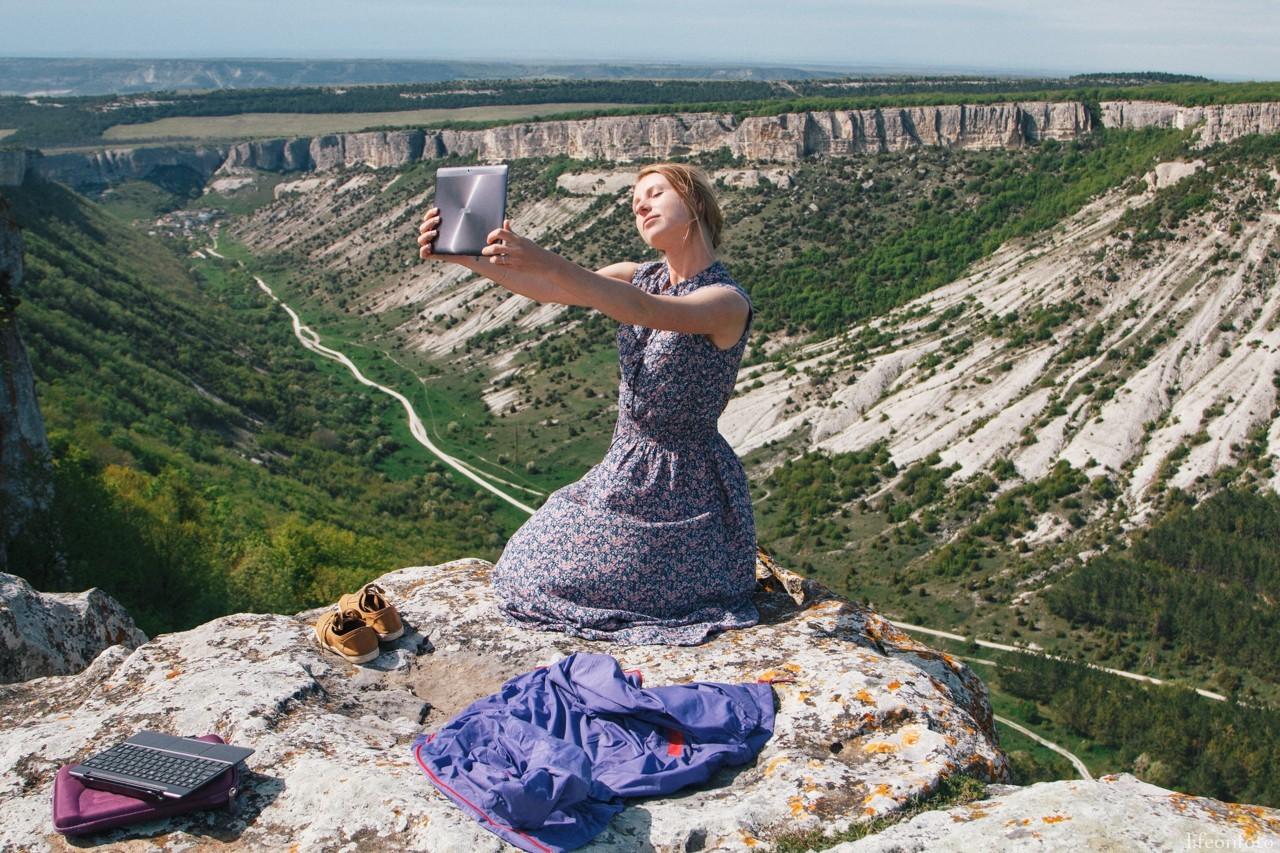 У обрыва возле пещерного города Чуфут-Кале, Бахчисарай, Крым