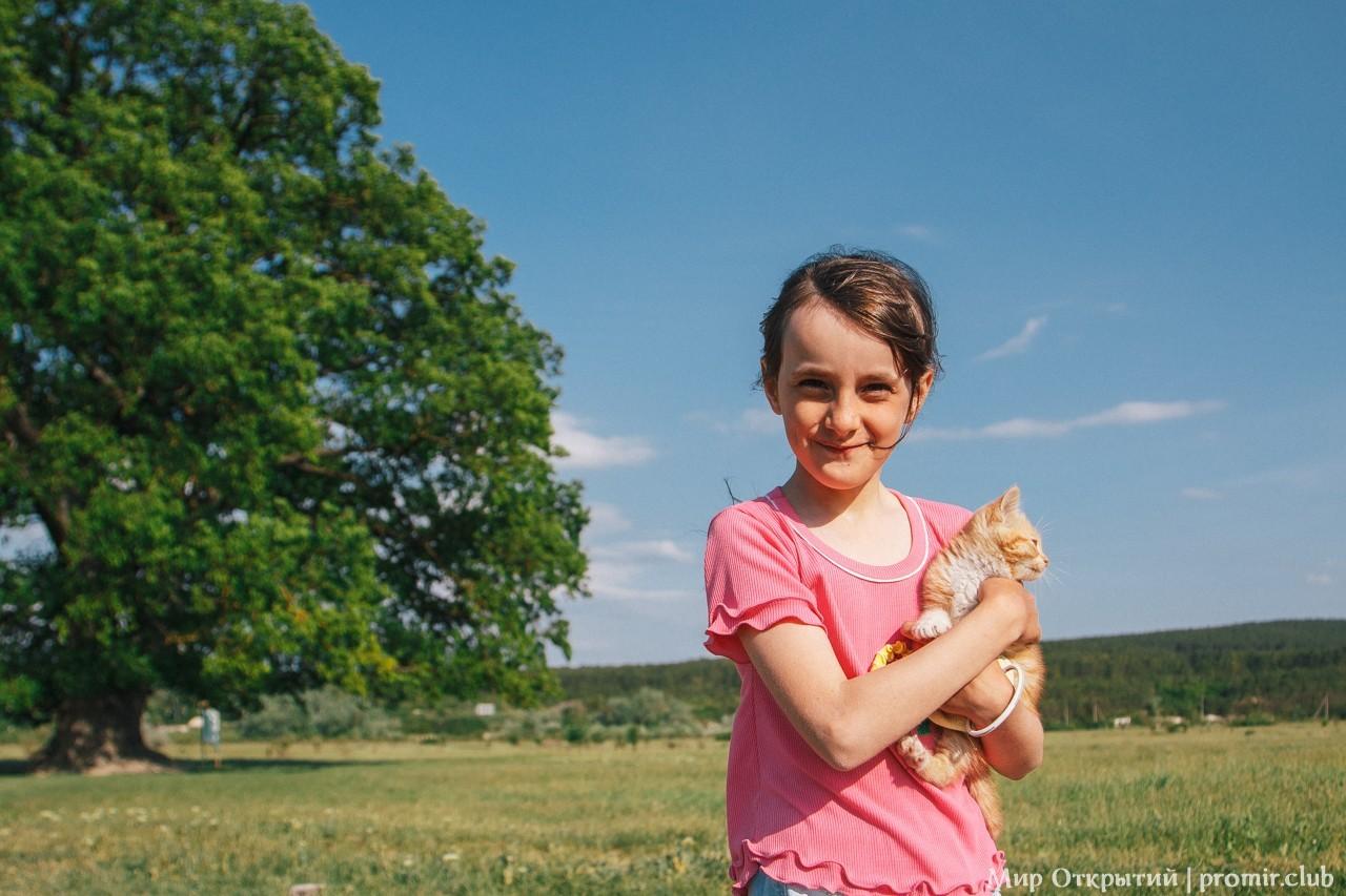 Суворовский дуб и девочка с котенком, Белогорский район